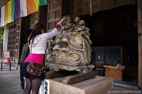 nadebotoke, rubbing Buddha statue